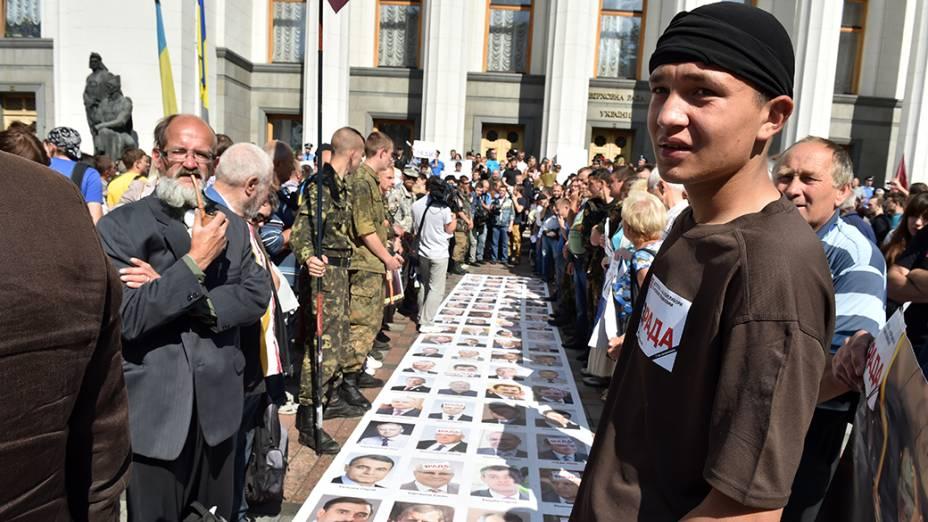 Em Kiev, retratos dos deputados ucranianos foram utilizados em forma de protesto exigindo a dissolução do parlamento e a antecipação das eleições