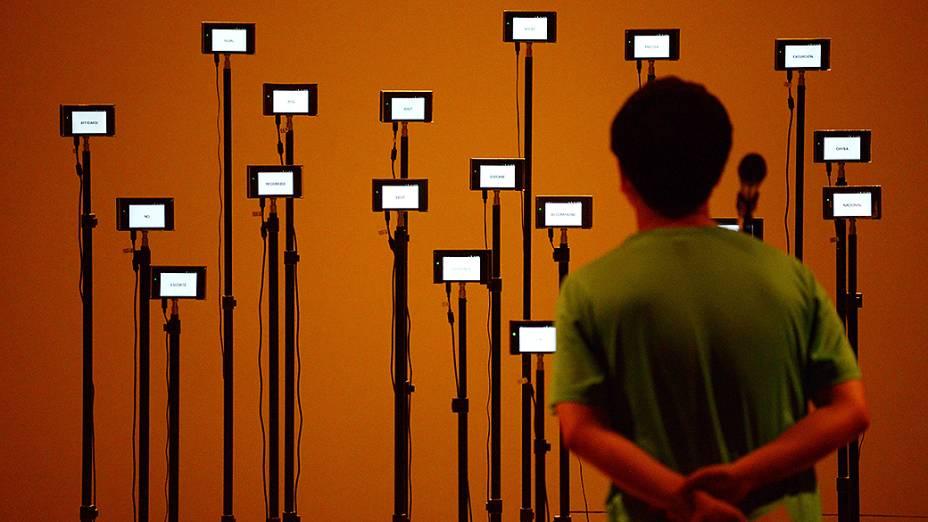 Visitante observa obra em exposição no museu Nacional da China, em Pequim