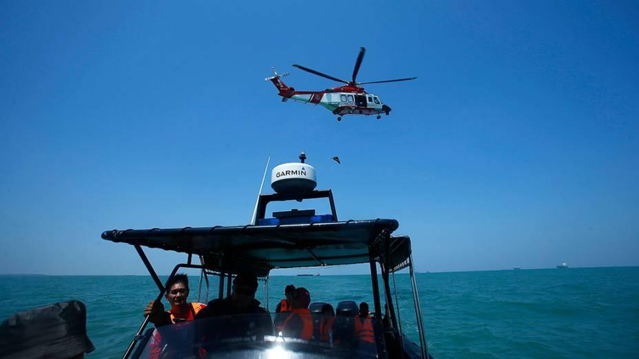 Um naufrágio próximo ao litoral da Malásia deixou ao menos 42 pessoas desaparecidas; Oficiais da Marinha ainda realizam operações de busca no local onde aconteceu o acidente na última terça-feira (17)