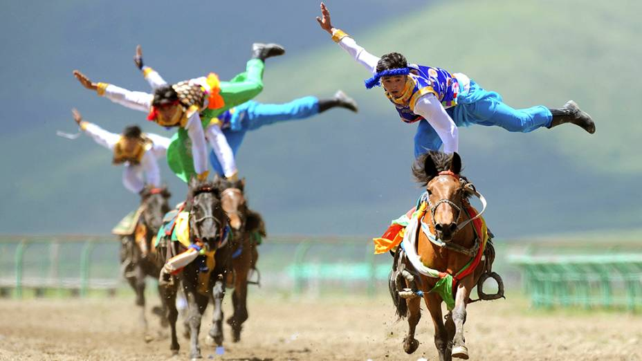 Atletas participam da tradicionalcompetição à cavalos da cidade deHong Yuan, na China