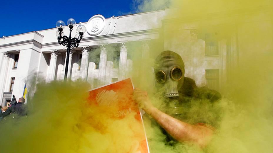 Ativista ambiental durante um comício de deputados no Parlamento da Ucrânia, em Kiev
