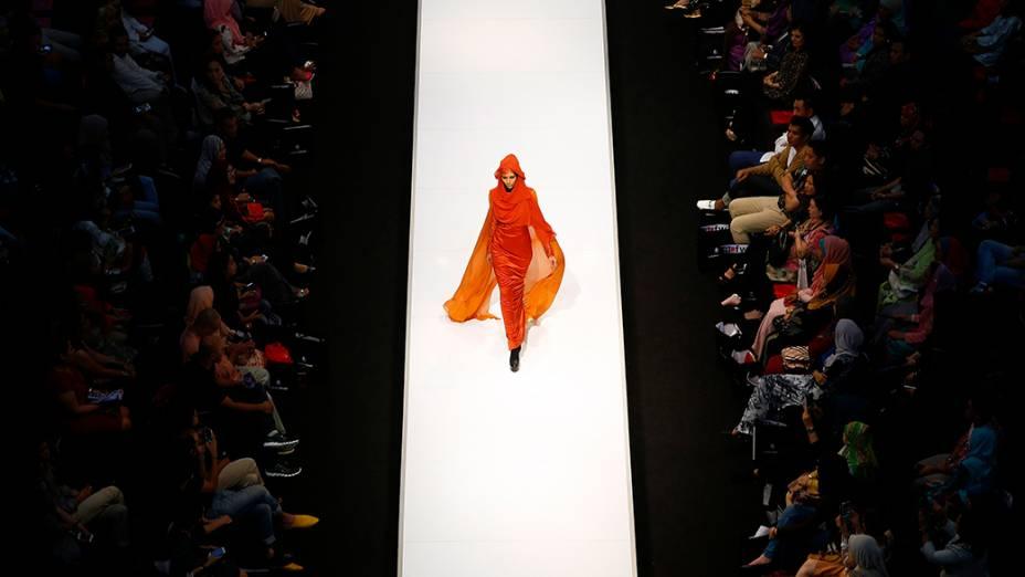 Modelo apresentou criação da estilista Madeena durante a Semana da Moda de Kuala Lumpur, na Malásia