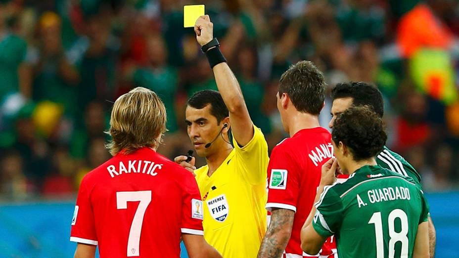 Ivan Rakitic leva cartão amarelo na partida contra o México