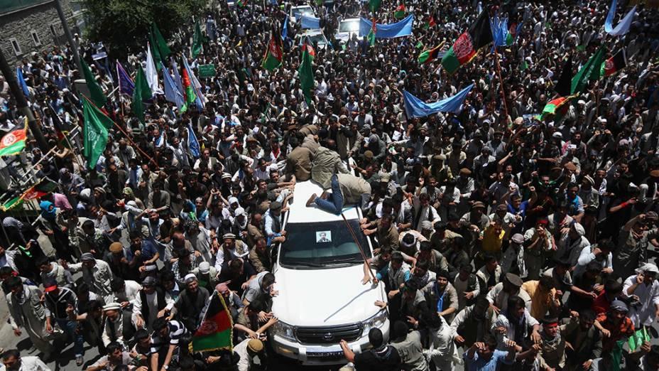 Afegãos durante uma manifestação de apoioao candidato presidencial, Abdullah Abdullah, na capitalCabul