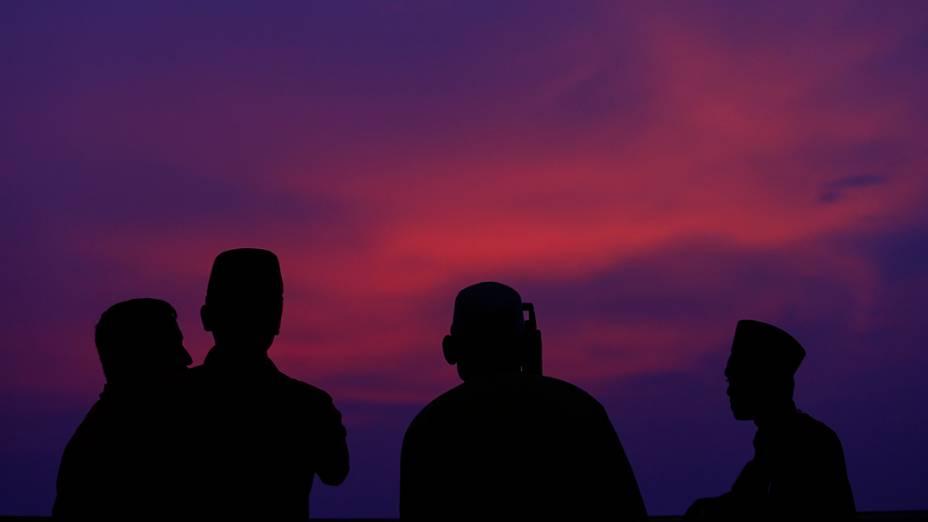 Um oficial da autoridade islâmica da Malásia utiliza um telescópio paraavistar a lua nova do Ramadã, na região deKuala Lumpur
