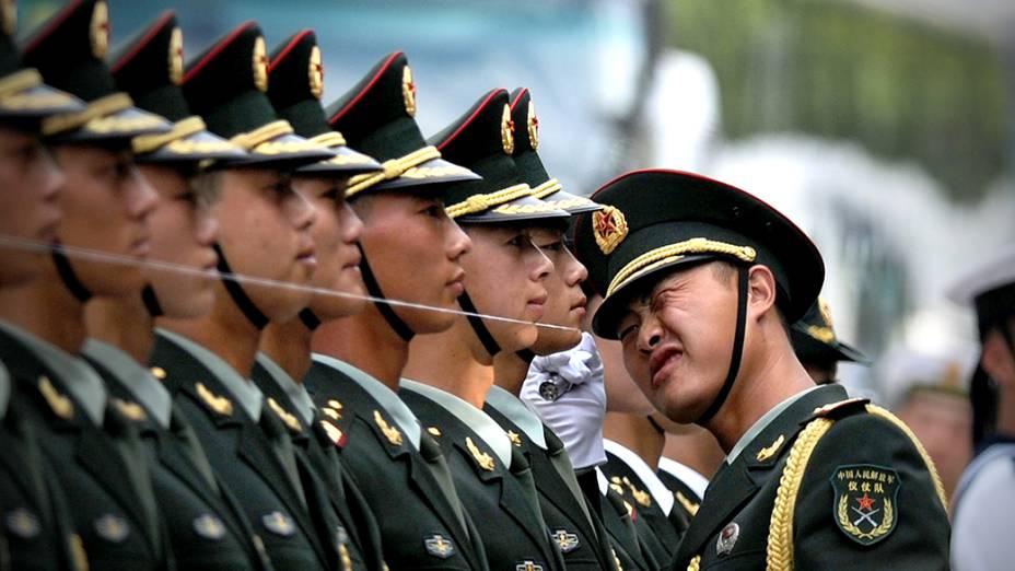 Guardas chineses se prepararam para a chegada doPresidente,Mianmar Thein Sein, emcerimônia de boas-vindas, no Salão do Povo, em Pequim