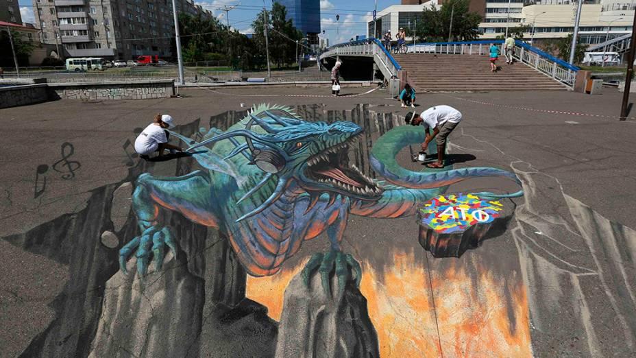 O artista americano,Tracy Lee Stum, trabalhano projeto Cantando Dragões,na cidade deKrasnoyarsk, na Sibéria