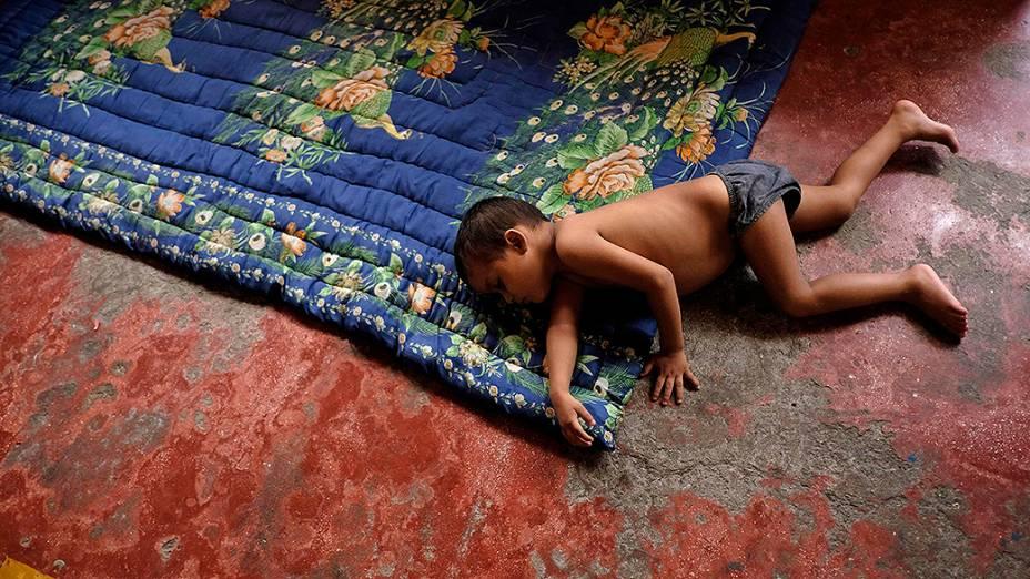 Criança hondurenha dorme em um abrigo de imigrantes em Tapachula, Chiapas, noMéxico