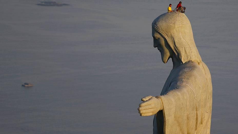 Homens trabalham em reparos na estátua do Cristo Redentor, no Rio de Janeiro