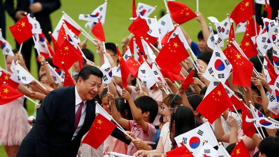 O presidente chinês, Xi Jinping, cumprimenta crianças durante cerimônia de boas-vindas, na Casa Azul,em Seul