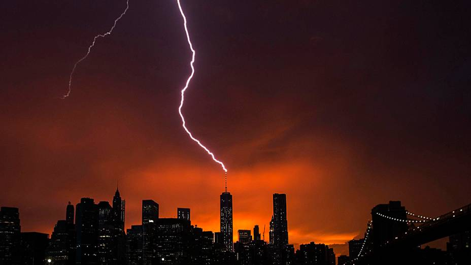 Raio atinge o One World Trade Center, em Manhattan, durante o por-do-sol depois de uma tempestade de verão em Nova York