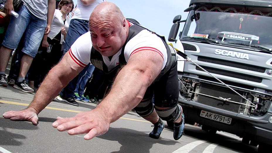 Atleta puxa um caminhão de 15 toneladas durante as comemorações do Dia da Independência da Bielorrússia, em Minsk