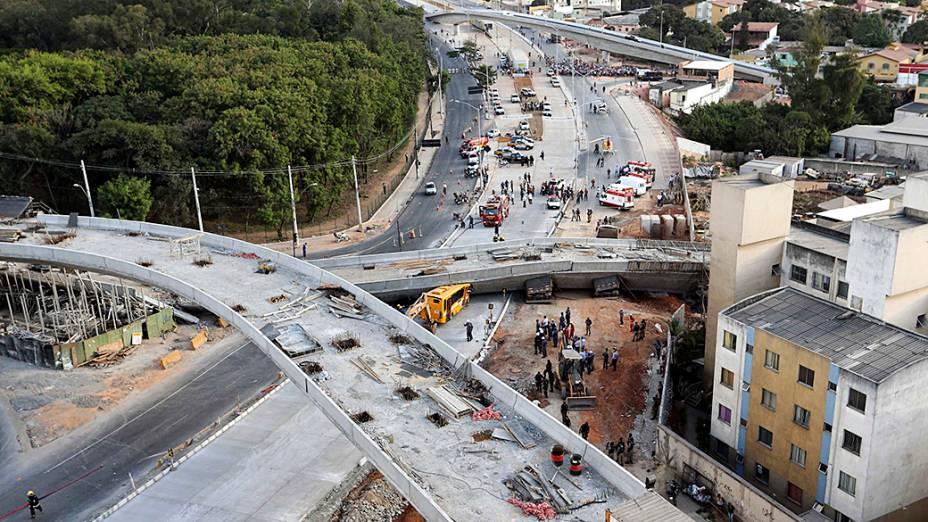 O viaduto, que estava em construção desabou sobre parte de um ônibus, vários caminhões e um veículo que trafegava na Avenida Dom Pedro I, no bairro São João Batista, em Belo Horizonte