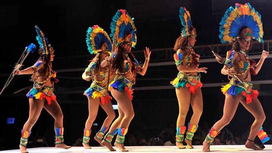 Sambistas durante uma apresentação noteatro do Rio de Janeiro