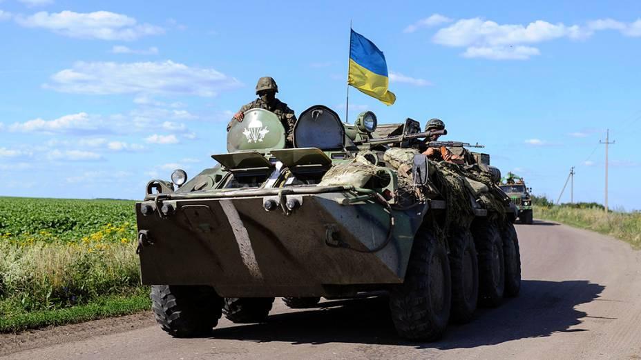 Soldados ucranianos em um posto de controle perto de Slaviansk,leste do país; metade dos 130 mil moradores da cidade fugiu desde que rebeldes pró-Rússia assumiramo controle da região em abril, um mês depois de Moscou ter anexadoo Mar Negro à península da Criméia