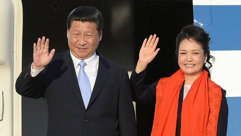 O presidente chinês, Xi Jinping, e sua esposa, Peng Liyuan, antes da partida após visita à Coréia do Sul,naBase Aérea deSeul