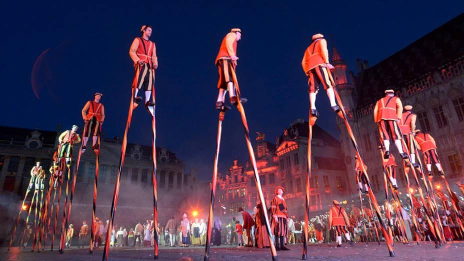 Apresentação é vista durante o Festival Medieval de Ommegang, em Bruxelas, na Bélgica