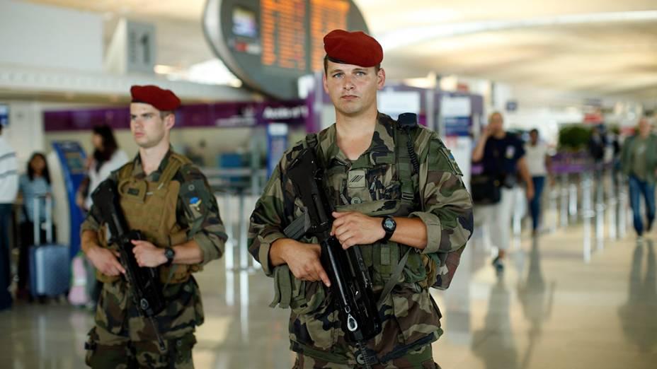 Soldados franceses patrulham terminal no Aeroporto Internacional Charles de Gaulle, emParis; AFrança está reforçando a segurança no local devido ao aumento do fluxo causadopelasférias de verão