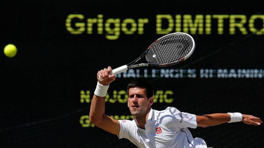 Novak Djokovic, da Sérvia, durante a semi-final contra o búlgaro Grigor Dimitrov pelo Campeonato de Tênis de Wimbledon, em Londres