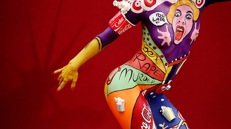 Modelo fotografada durante Festival anual de pintura corporal em Poertschach, na Áustria
