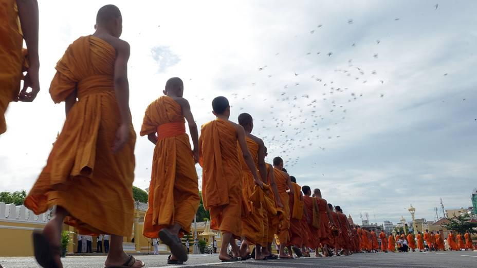 Monges budistas do Cambojadurante cerimôniaem frente ao Palácio Real de Phnom Penh, na capital do país