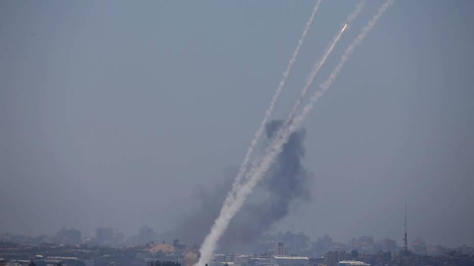 Dezenas defoguetes estão sendo lançados em direção aIsrael a partir do norte da faixa de Gaza; Autoridades palestinas informaram que taques aéreos serão dados como resposta ao grupo extremista Hamas. Desde o início da semana os conflitos se intensificaram na região