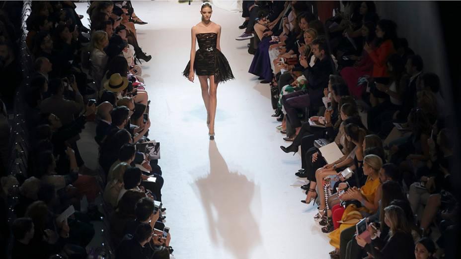 Modelo apresenta nova coleção dodesigner libanês, Zuhair Murad, durante o penúltimo dia da Semana da Moda de Paris, na França