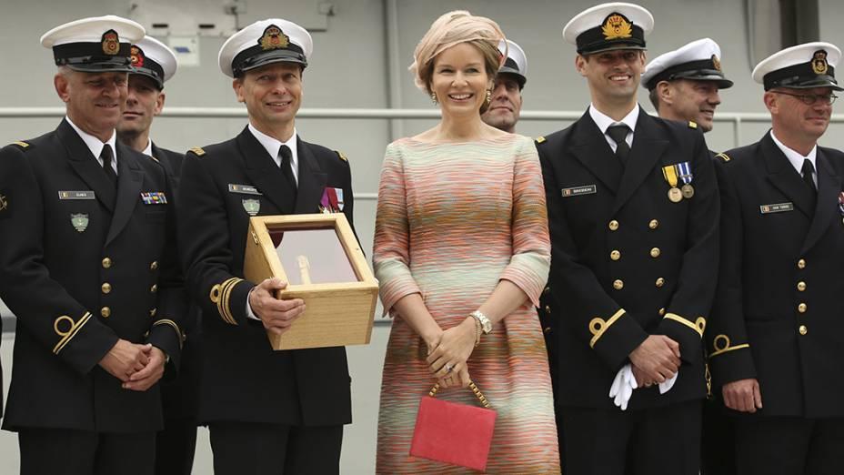 A rainha Mathilde, da Bélgica, posa com oficiais do Exército nacionaldurante o batismo da nova patrulha marinha, no porto de Zeebrugge, ao norte do país