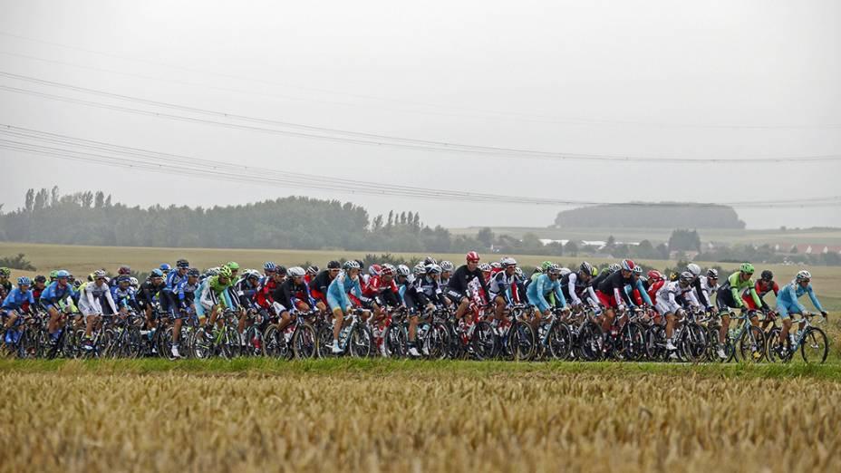 Centenas de ciclistas participam da sexta etapa do Tour de France; A maratona percorre 194 quilômetros entre as cidades francesas de Arras e Reims e acontece há 111 anos, tradicionalmente no mês de julho