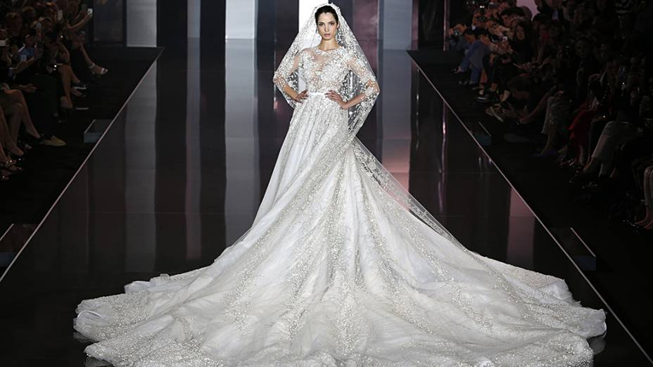 Modelo apresenta uma criação de Ralph & Russo, durante a Semana de Moda em Paris