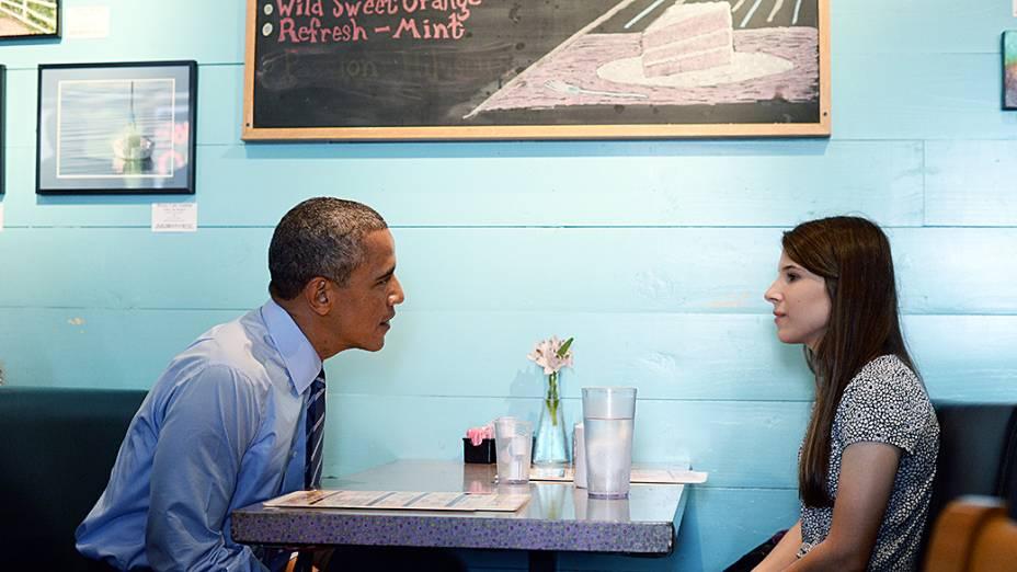 Presidente dos Estados Unidos, Barack Obama se reúne com Kinsey Button, um estudante da Universidade do Texas, que escreveu uma carta para o presidente em janeiro para explicar a luta de sua família após seus pais perderem o emprego, em um restaurante em Austin, Texas
