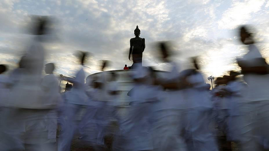 Budistas fazem ritual durante cerimônia do Khao Phansa, na Tailândia. O Khao Phansa é o começo do período em que monges se trancam em seus templos para estudar e meditar