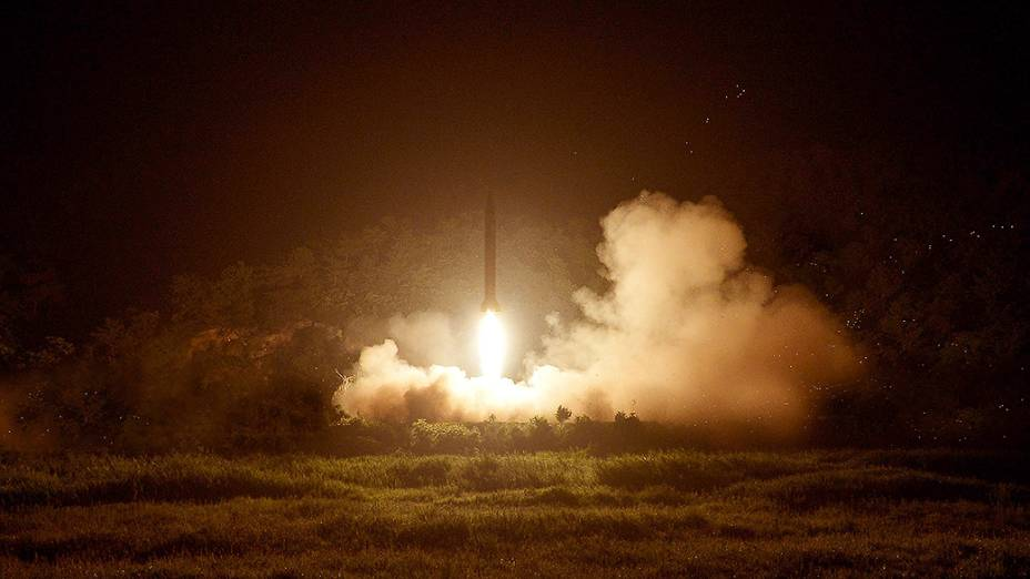 Foto sem data mostra um lançamento de um foguete pelas Forças Armadas da Coreia do Norte