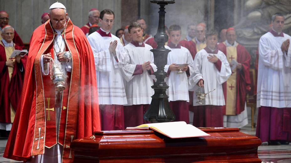 O papa Francisco é visto durante funeral doCardeal Francesco Marchisano, na Basílica de São Pedro, no Vaticano