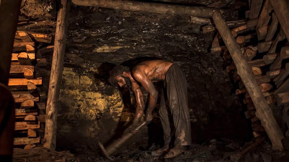 Um trabalhadorquebra carvão em uma mina, na província de Punjab, a mais rica e populosa doPaquistão