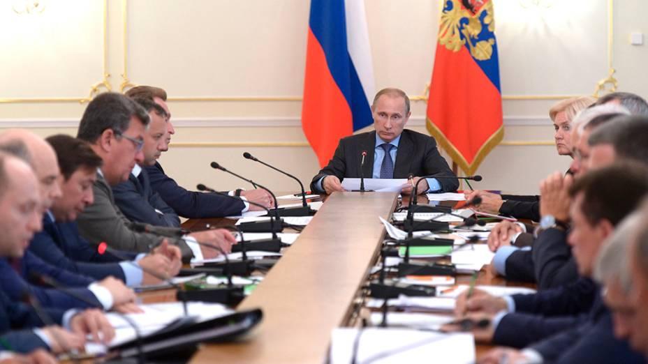 O presidente russo,Vladimir Putin, durante reuniãodo governo onde líderes discutiram a questão da Ucrânia,na residência Estado Novo-Ogaryovo, nos arredores de Moscou
