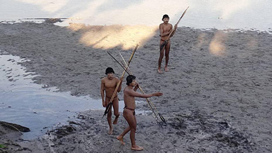 A Funai (Fundação Nacional do Índio) do Brasil divulgou imagens nesta quarta-feira (30) mostrando tribo que vive em isolamento, na região doAlto Envira, na selva amazônica, no estado do Acre -Brasil
