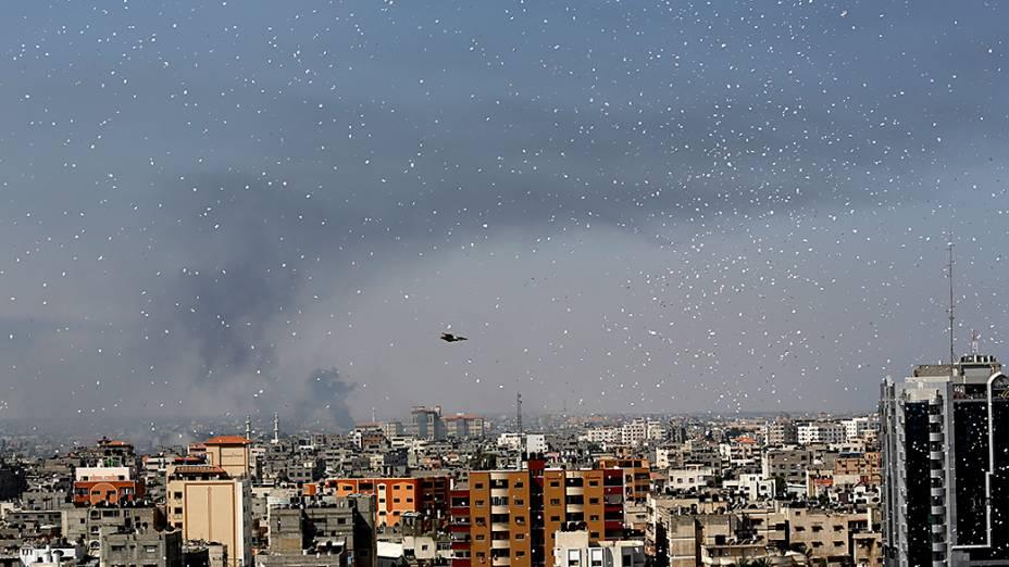 Milhares de panfletos são jogados pelo exército israelense sobre a Cidade de Gaza pedindo aos moradores para evacuar suas casas