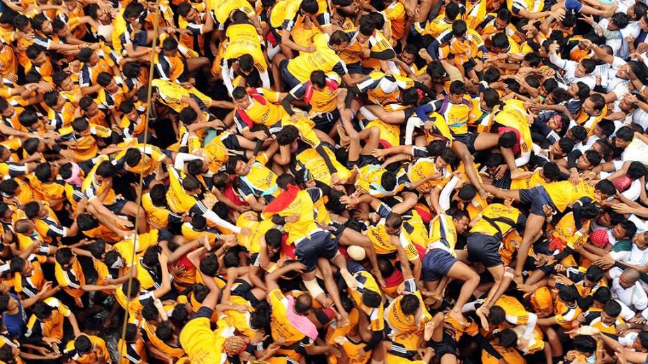Devotos hindus caem na tentativa de formar uma pirâmide humana durante o festival que celebra o nascimento do deus Krishna, em Mumbai