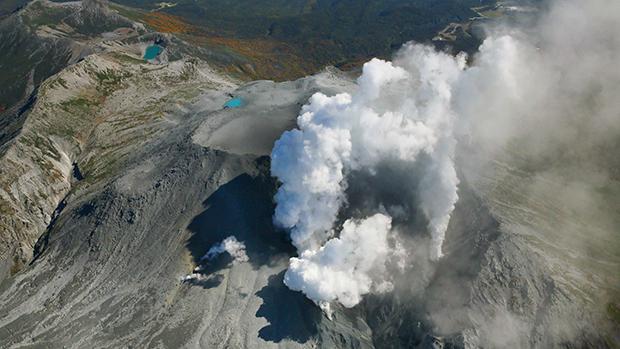 O monte Ontake, na região central do Japão, expele fumaça na manhã desta segunda-feira (29). Mais de 500 equipes de resgate voltaram a procurar vítimas do vulcão, que entrou em erupção subitamente neste fim de semana, deixando quatro mortos confirmados e 27 pessoas desaparecidas sob uma chuva de cinzas e pedras