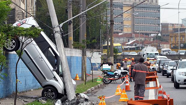 Motorista bate em poste na Avenida do Estado, altura do número 6000, próximo à praça Alberto Lion, em São Paulo (SP)