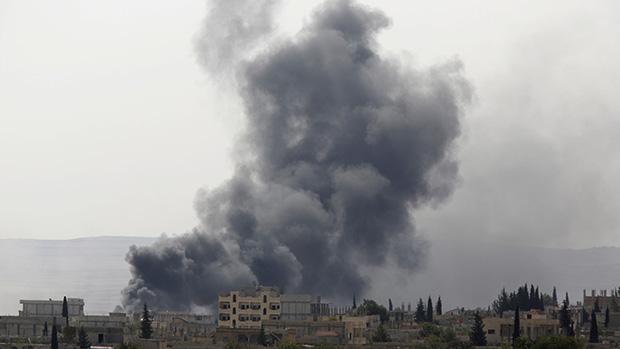 Nuvem de fumaça após aviões da coalizão internacional bombardearem a cidade de Kobani, território sírio perto da fronteira entre a Síria e a Turquia. A aviação internacional atacou zonas onde o grupo Estado Islâmico (EI) se concentrava, no sudeste de Kobani