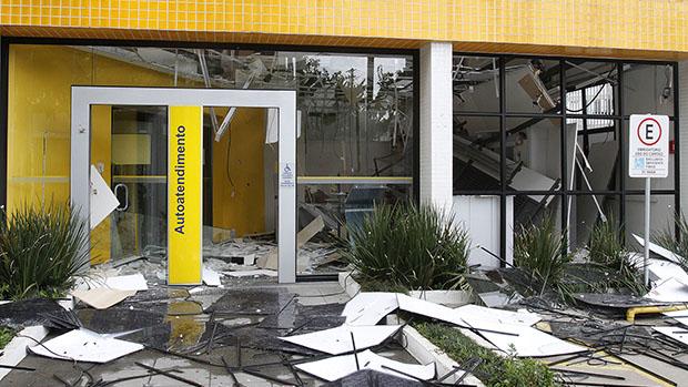 Criminosos explodiram os caixas eletrônicos de uma agência bancária na avenida Santa Catarina, na Vila Santa Catarina, Zona Sul de São Paulo, na madrugada desta sexta-feira (3). O caso será encaminhado ao 35º DP de Jabaquara. A agência estava fechada e sem funcionários por causa da greve dos bancários