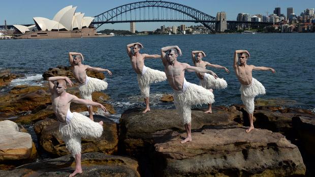 Dançarinos fazem homenagem em Sydney à adaptação de Mathew Bourne do clássico O Lago dos Cisnes