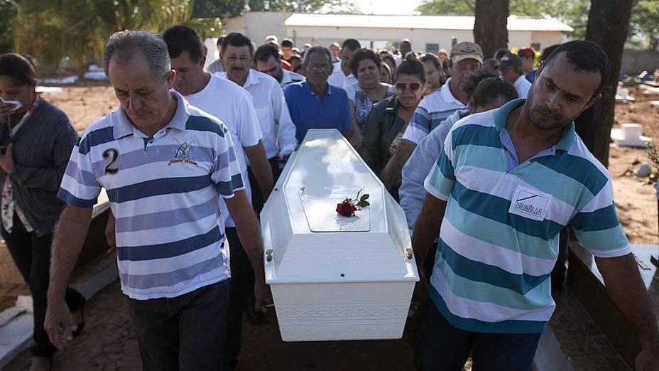 Enterro de vítima de acidente no cemitério de Borborema, no interior de SP
