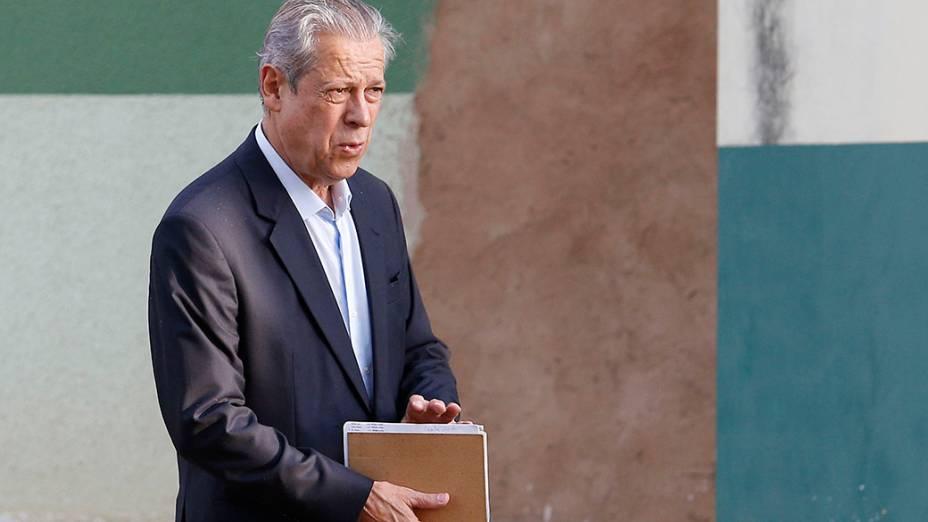 O ex-ministro da Casa Civil José Dirceu, condenado no processo do mensão, É visto saindo do Centro de Progressão Penitenciária (CPP), em Brasília, rumo ao seu trabalho em um escritório de advocacia