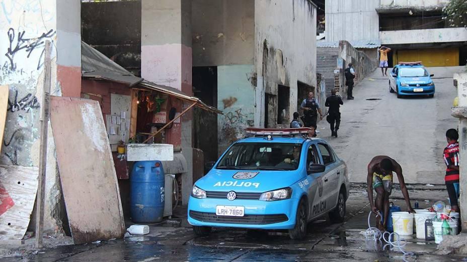 Policiamento é reforçado na manhã desta quarta-feira (29/10), na região da Mangueira, no Rio de Janeiro, após dois ônibus serem incendiados e um jovem de 17 anos ter sido morto a tiros. Segundo a Coordenadoria de Polícia Pacificadora (CPP), quatro homens armados atiraram contra um grupo que estava no campo da Pedreira