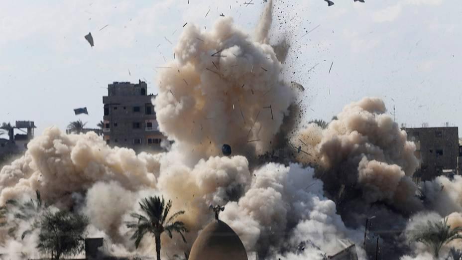 Explosão durante uma operação militar pelas forças de segurança egípcias na cidade egípcia de Rafah, perto da fronteira com o sul da Faixa de Gaza