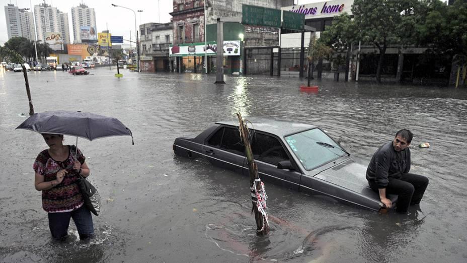 Em Buenos Aires, bairro fica alagado após fortes chuvas que também atigiram o Uruguai. Não há relatos de vítimas