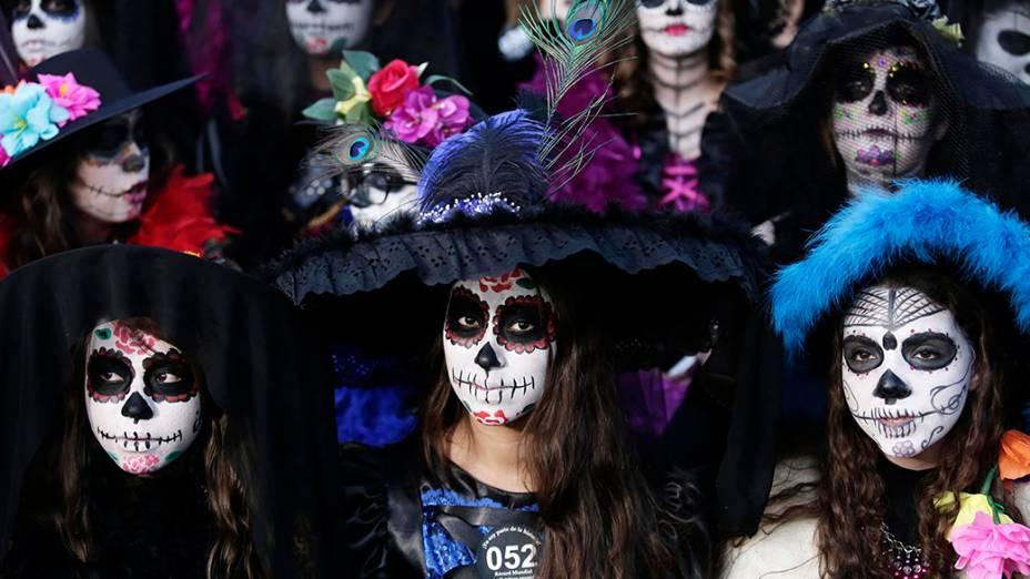 Mexicanas se fantasiam da personagem Catrina,  em evento em Zapopan, cidade vizinha a Guadalajara